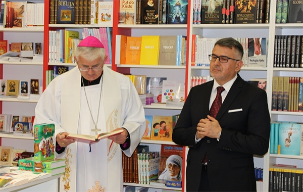 Biskup Uzinić blagoslovio novu knjižaru Verbum u Dubrovniku