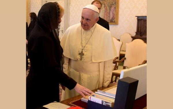 Izbor knjiga pape Franje objavljenih u nakladi Verbuma Predsjednica darovala Papi