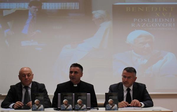 """Knjiga """"Posljednji razgovori"""" Benedikta XVI. predstavljena na konferenciji za medije"""